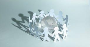 Fond d'affaires team les hommes de papier se tenant autour du gl en verre Photo libre de droits