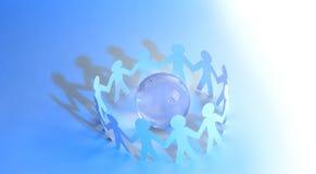 Fond d'affaires team les hommes de papier se tenant autour du gl en verre Images libres de droits