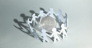 Fond d'affaires team les hommes de papier se tenant autour du gl en verre Images stock