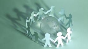 Fond d'affaires team les hommes de papier se tenant autour du gl en verre Image stock