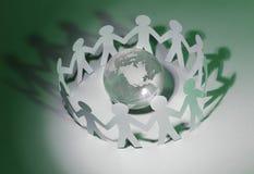 Fond d'affaires team les hommes de papier se tenant autour du gl en verre Photo stock