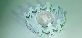 Fond d'affaires team les hommes de papier se tenant autour du gl en verre Image libre de droits