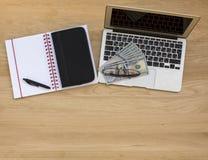 Fond d'affaires, vue de ci-dessus sur une table en bois images libres de droits