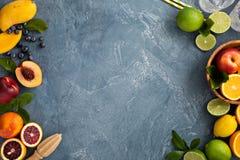 Fond d'agrumes avec des oranges, des chaux et des citrons Images stock