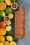 Fond d'agrumes avec des oranges, des chaux et des citrons Photographie stock