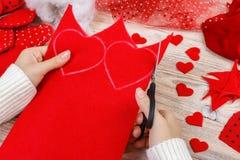 Fond d'album à jour de valentines Coeur fait main de salutation de cadeau créant, couper-coller, outils diy sur le bois blanc épo Photos stock