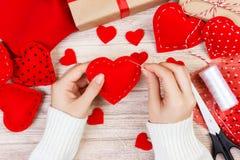 Fond d'album à jour de valentines Coeur fait main de salutation de cadeau créant, couper-coller, outils diy sur le bois blanc épo Image libre de droits