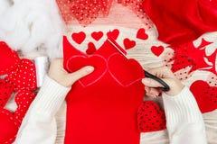 Fond d'album à jour de valentines Coeur fait main de salutation de cadeau créant, couper-coller, outils diy sur le bois blanc épo Images stock