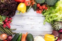 Fond d'aliment biologique L?gume diff?rent de photographie de nourriture sur le vieux fond en bois clair Copiez l'espace Produit  photographie stock