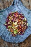 Fond d'aliments diététiques : salade végétale avec le chou rouge et le Br Image stock