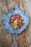 Fond d'aliments diététiques : salade végétale avec le chou rouge et le Br photos stock
