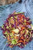 Fond d'aliments diététiques : salade végétale avec le chou rouge et le Br Photographie stock