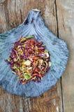 Fond d'aliments diététiques : salade végétale avec le chou rouge et le Br Photo libre de droits
