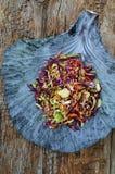 Fond d'aliments diététiques : salade végétale avec le chou rouge et le Br Photos libres de droits