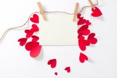 Fond d'amour Carte de voeux avec les coeurs de papier rouges Photos libres de droits