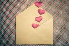 Fond d'amour - coeurs et enveloppe rouges de métier, jour de valentines Photographie stock libre de droits