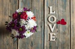 fond d'amour, de fleur et en bois de mot Photos stock