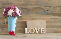 fond d'amour, de fleur et en bois de mot Photos libres de droits