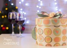 Fond d'amour de Noël avec deux verres de vin et de b actuel Photographie stock