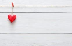 Fond d'amour de Saint Valentin, coeur d'oreiller sur le bois, l'espace de copie Photo libre de droits