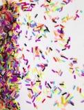 Fond d'amusement pour des cartes de vacances avec les confettis colorés Photo stock