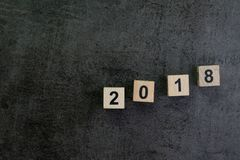 Fond 2018 d'année ou concept d'histoire en avant avec le blo en bois de cube photo libre de droits