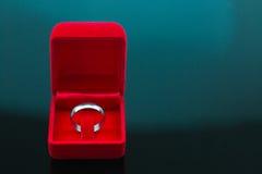 Fond d'anneaux de mariage, bel anneau argenté dans la boîte rouge pour épouser le concept Image libre de droits