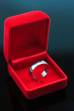 Fond d'anneaux de mariage, bel anneau argenté dans la boîte rouge pour épouser le concept Images stock