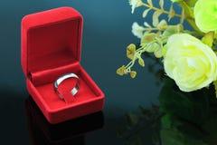 Fond d'anneaux de mariage, bel anneau argenté dans la boîte rouge pour épouser le concept Photos libres de droits