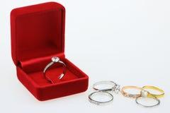Fond d'anneaux de mariage, bel anneau argenté dans la boîte rouge pour épouser le concept Photographie stock libre de droits