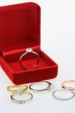 Fond d'anneaux de mariage, bel anneau argenté dans la boîte rouge pour épouser le concept Photographie stock