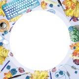 Fond d'aquarelle avec des objets pour la vue supérieure d'étude et de connaissance, avec un cadre rond au milieu de blanc, un mod Photos stock