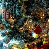 Fond d'arbre de Noël avec des babioles et des boules de couleur Image stock