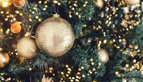 Fond d'arbre de Noël et décorations de Noël avec la neige, brouillé, étincellement, rougeoyant images stock
