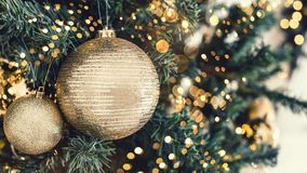 Fond d'arbre de Noël et décorations de Noël avec la neige, brouillé, étincellement, rougeoyant photo stock