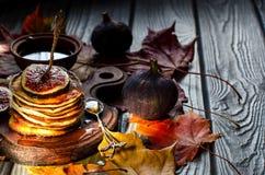 Fond d'automne avec des crêpes Images stock
