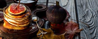 Fond d'automne avec des crêpes Image libre de droits