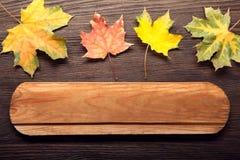 Fond d'automne avec l'enseigne, feuille orange sur le vieux bois grunge Photos libres de droits