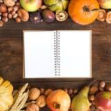 Fond d'automne avec le carnet Images stock