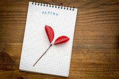 Fond d'automne avec le carnet sur un en bois photos stock