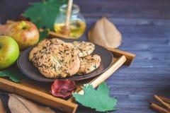 Fond d'automne Les biscuits, potiron laisse des pommes de plaid sur un fond en bois photo libre de droits