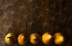 Fond d'automne, modèle de poire sur la vieille table rustique en bois photo stock
