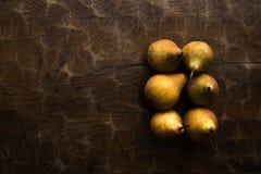 Fond d'automne, modèle de poire sur la vieille table rustique en bois images libres de droits