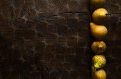Fond d'automne, modèle de poire sur la vieille table rustique en bois image libre de droits