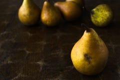 Fond d'automne, modèle de poire sur la vieille table rustique en bois photo libre de droits
