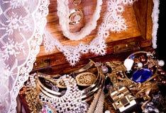 Fond d'or de bijou avec le lacet Photos libres de droits