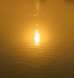 Fond d'or de l'eau Images libres de droits