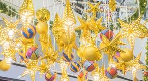 Fond d'or de Noël de boule et d'étoile Photographie stock libre de droits