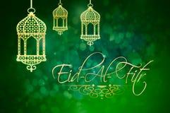 Fond d'Eid al-Fitr avec les lanternes d'or sur le vert Photos stock