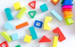 Fond d'enfants de jouets Cubes en bois avec des nombres et briques colorées de jouet sur un fond blanc cadre fait d'accessoires Images stock